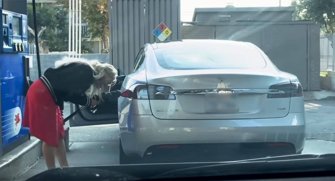 Tesla Model S na benzinskoj stanici