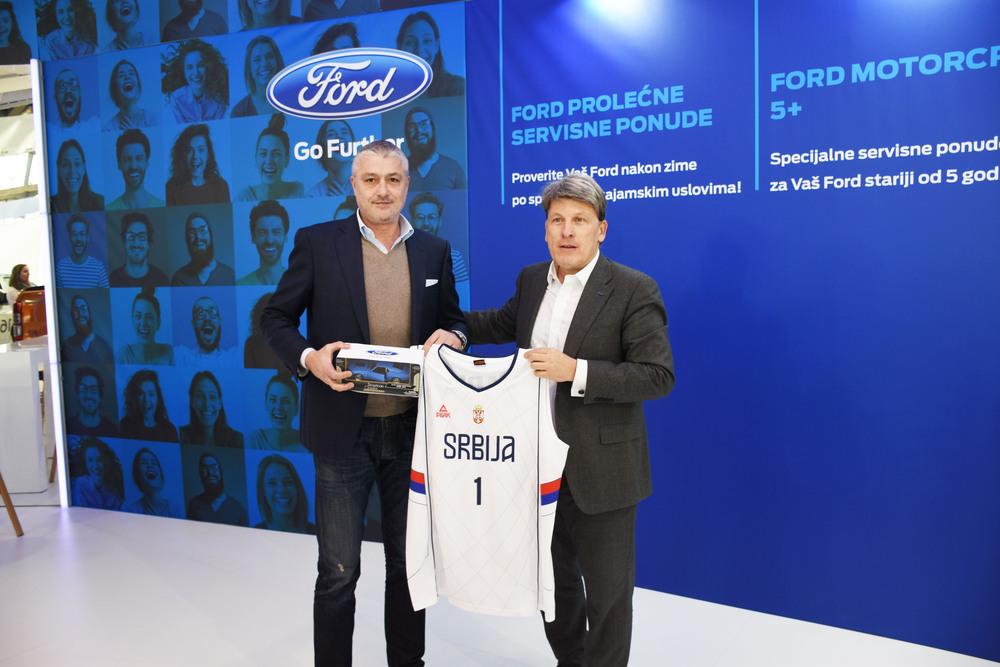 Predrag Danilović i članovima uprave KSS na Fordovom štandu na 54. MSA